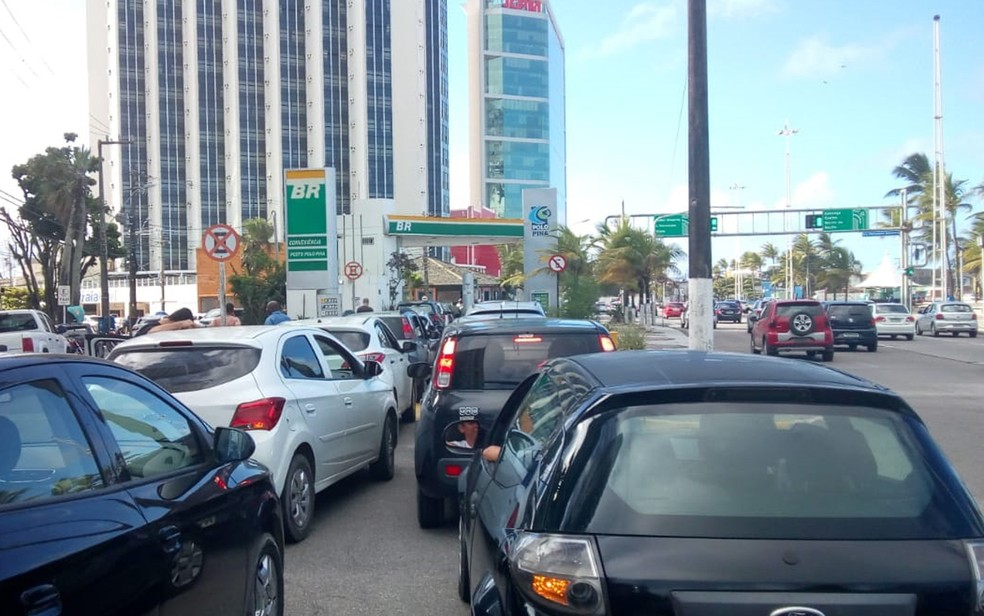 Falta de combustíveis causou filas em postos de gasolina do Grande Recife (Foto: Rafael Pimenta/TV Globo)