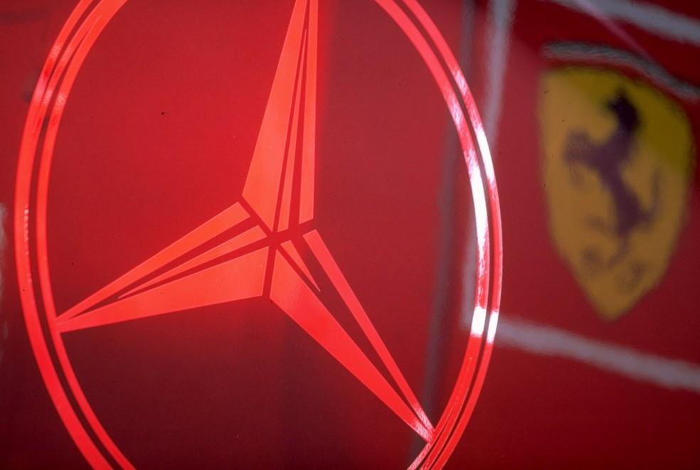 Logos de Mercedes e Ferrari no paddock da Fórmula 1 (Foto: Michael Cooper /Allsport)