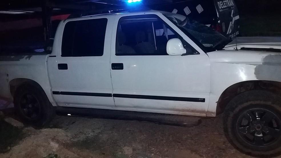 Motorista de uma caminhonete foi preso na madrugada deste domingo (7) suspeito de matar um motociclista atropelado e tentar fugir com o corpo da vítima na caçamba do veículo, em Cuiabá — Foto: Deletran