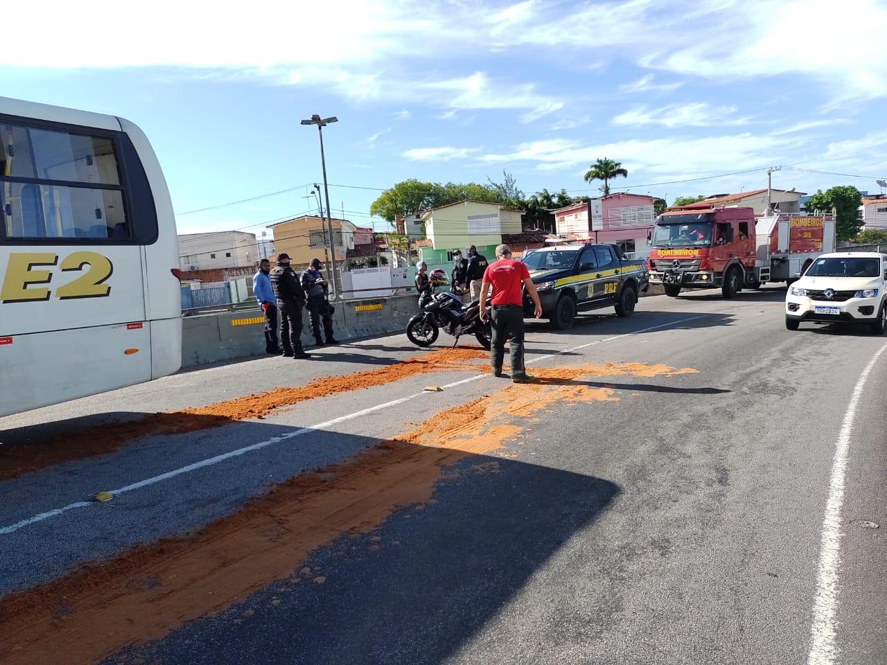 Moto derrapa na pista e bate em micro-ônibus no viaduto do Quarto Centenário em Natal