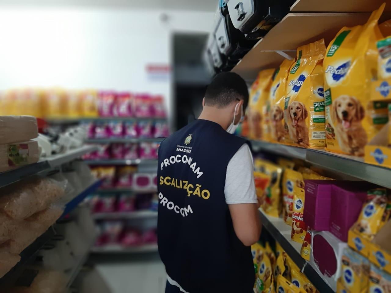 348 quilos de produtos vencidos são apreendidos em pet shop em Manaus