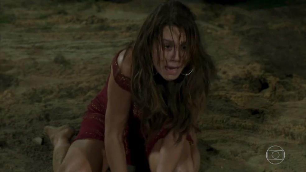 Tancinha (Mariana Ximenes) se desespera ao ouvir tiro - 'Haja Coração' — Foto: Globo