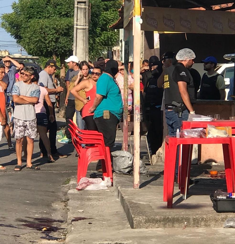 Polícia, Perícia Forense e populares no bar onde três policiais foram executados a tiros na Rua São Manoel, em Fortaleza. (Foto: TV Verdes Mares/Reprodução)