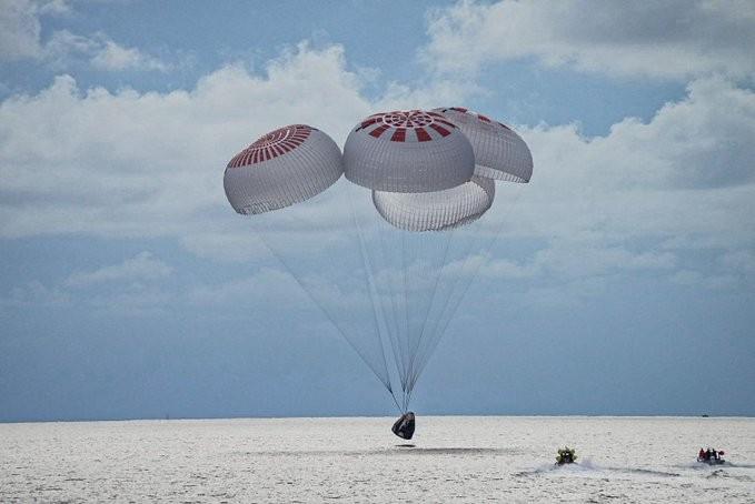 Missão da SpaceX pousa após 3 dias no espaço e conquista marco no turismo espacial