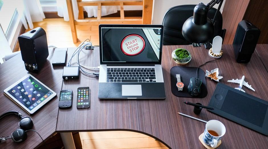 mesa, notebook, celular, eletrônico (Foto: Reprodução/Pexels)