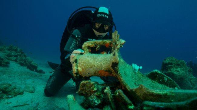 """Exploradores encontram """"cemitério de navios"""" repleto de itens antigos"""