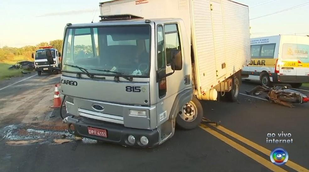 Caminhoneiro foi socorrido com ferimentos graves (Foto: TV TEM/Reprodução)