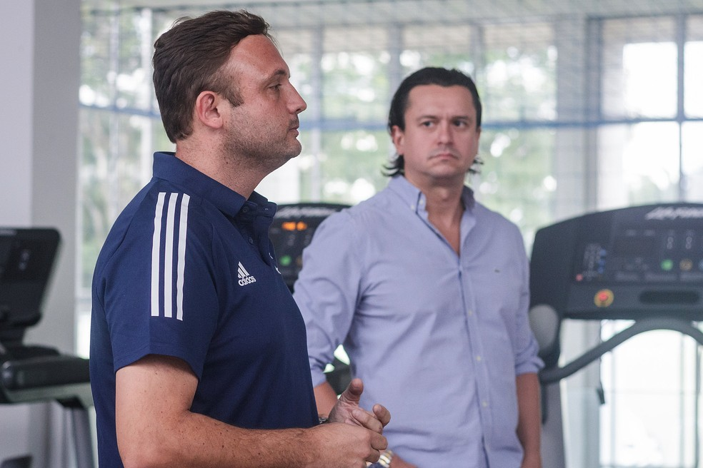 André Mazzuco e Sérgio Santos Rodrigues durante reunião com os atletas do Cruzeiro — Foto: Gustavo Aleixo/Cruzeiro
