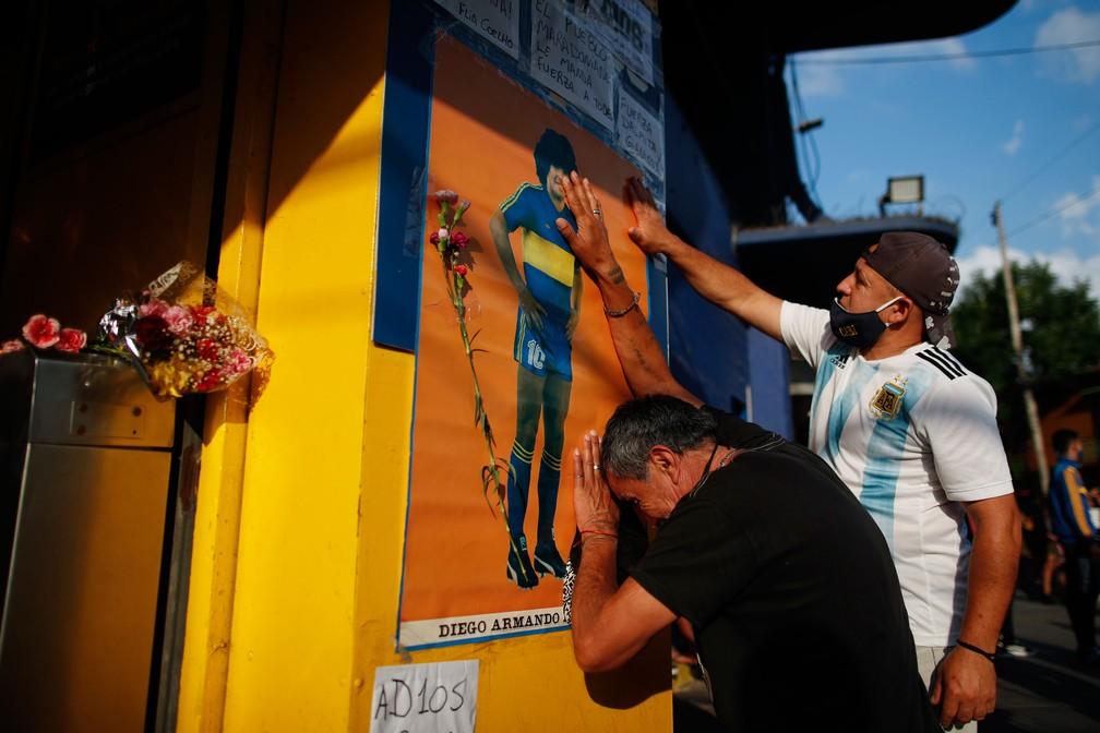 Fãs homenageiam Maradona nos arredores da Bombonera, estádio do Boca Juniors, em Buenos Aires — Foto: Natacha Pisarenko/AP Photo