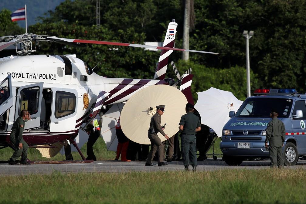 Menino resgatado de caverna é transferido para helicóptero (Foto: REUTERS/Athit Perawongmetha)