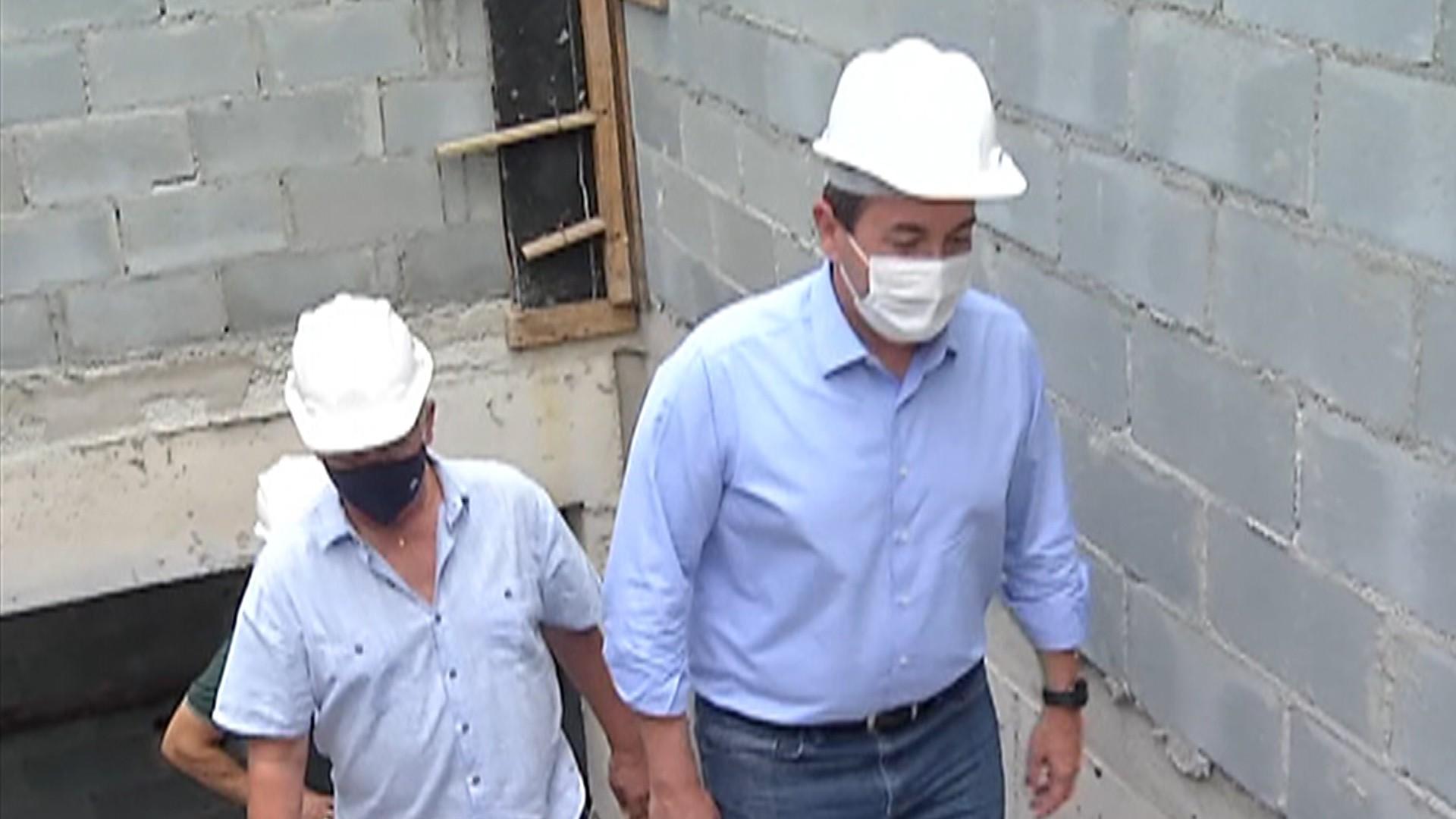 Candidato à reeleição de Mogi, prefeito Marcus Melo visita obra da central da GCM