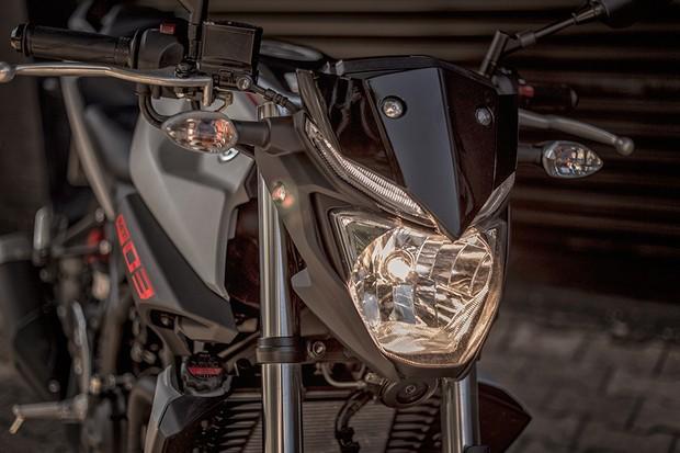 Dianteira tem farol halógeno, luzes de posição de LED e pequena carenagem que esconde o painel (Foto: Daniel das Neves /Autoesporte)