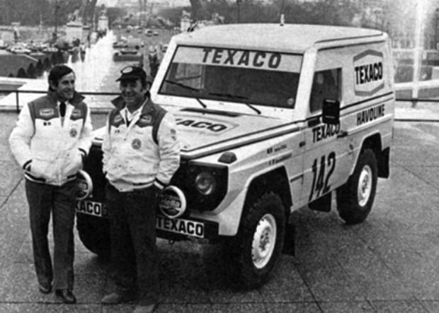 Jacky Ickx e Claude Brasseur ao lado do Mercedes Mercedes 280 G. (Foto: Divulgação)