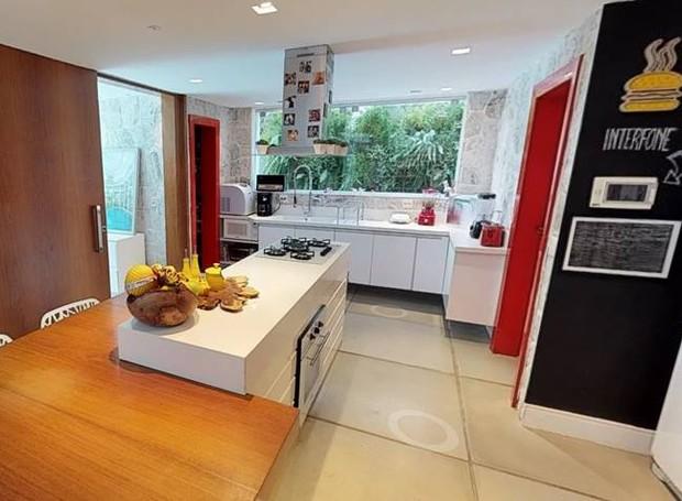 A luz natural entre pelas janelas da cozinha (Foto: EmCasa/ Reprodução)