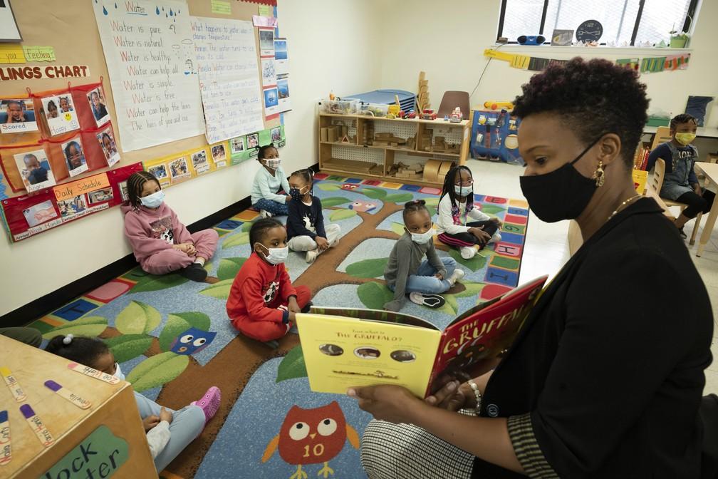Melissa Jean lê livro em escola no bairro do Brooklyn, em Nova York, em 24 de março de 2021 — Foto: Mark Lennihan/Pool via AP