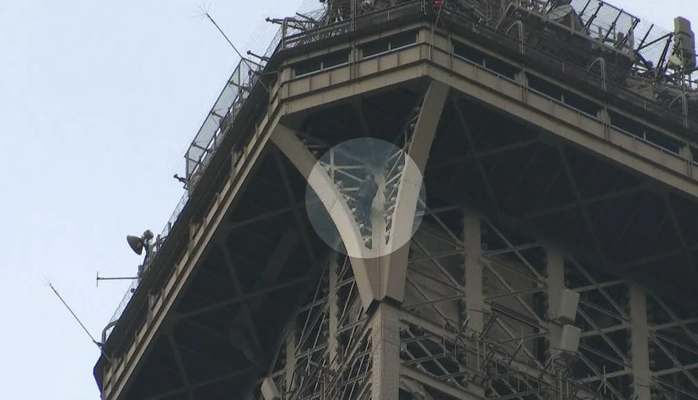 Homem escala a Torre Eiffel em Paris â?? Foto: Reprodução/GloboNews