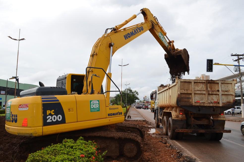 Adubo orgânico tirado de canteiro para a construção do retorno será usado na construção do estacionamento do Espaço Alternetivo em Porto Velho (Foto: Hosana Morais/G1)