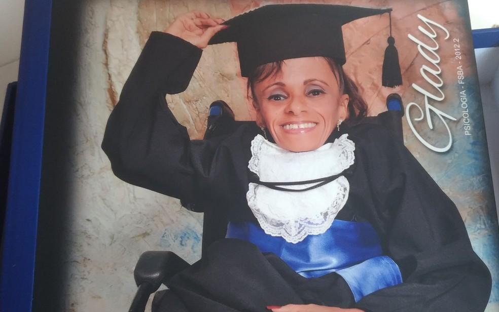 Capa do álbum das fotos de formatura de Glady, que se formou em psicologia em Salvador (Foto: Juliana Almirante/ G1)