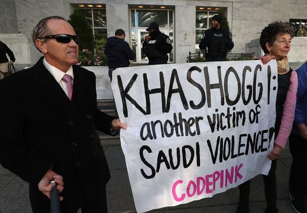 Protesto em repúdio ao assassinato do jornalista e dissidente do regime da Arábia Saudita, Jamal Khashoggi. ele foi espionado por autoridades sauditas por meio de empresas de espionagem digital antes de sua morte (Foto: Mark Wilson/Getty Images)