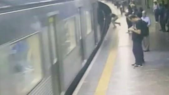 Mulher é empurrada para trilho do Metrô de SP durante chegada de trem e sobrevive; veja vídeo