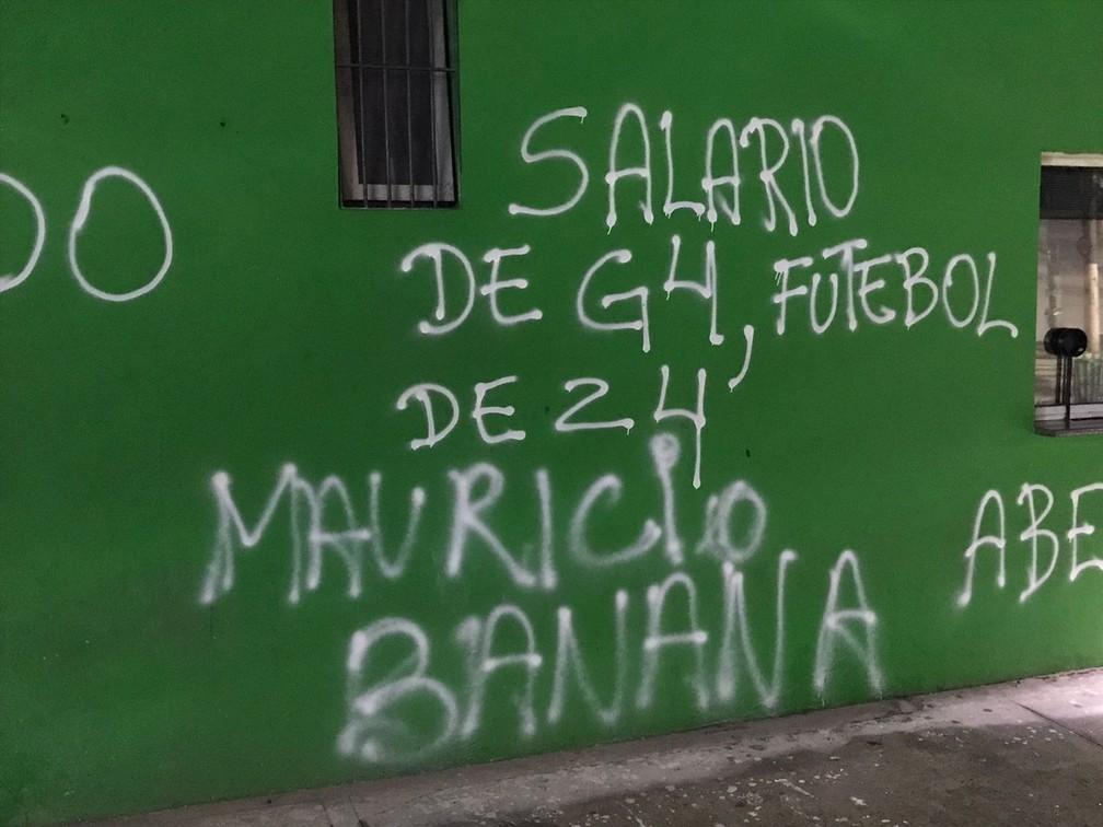 Muros do estádio do Palmeiras pichados após derrota para o Bragantino — Foto: Felipe Zito