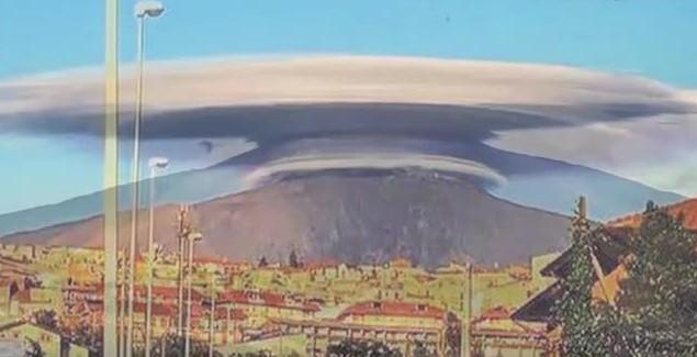 As erupções se elevam a 7 quilômetros acima do cume