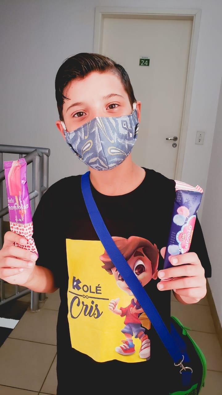 Menino acompanha curso online dos pais na quarentena e empreende vendendo picolés no condomínio