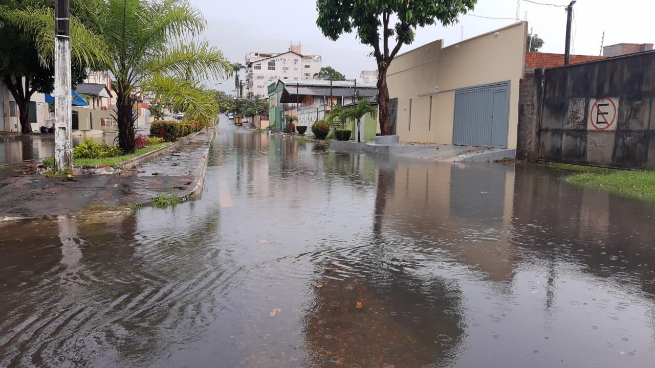 Chuvas alagam vias e limitam tráfego em Macapá; locais são monitorados, diz prefeitura