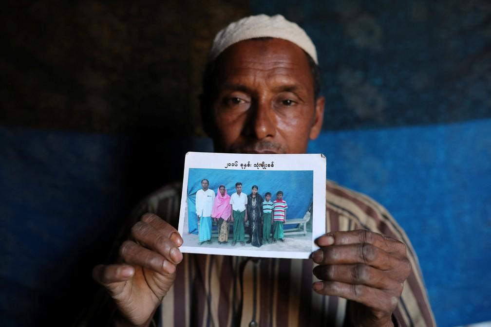 Abdu Shakur, pai de Rashid Ahmed, que estava entre os 10 Rohingyas mortos por forças de segurança e moradores budistas no dia 2 de setembro de 2017, mostra foro de família no campo de Kutupalong, em Bangladesh, no dia 19 de janeiro de 2018 (Foto: Mohammad Ponir Hossain/Reuters)