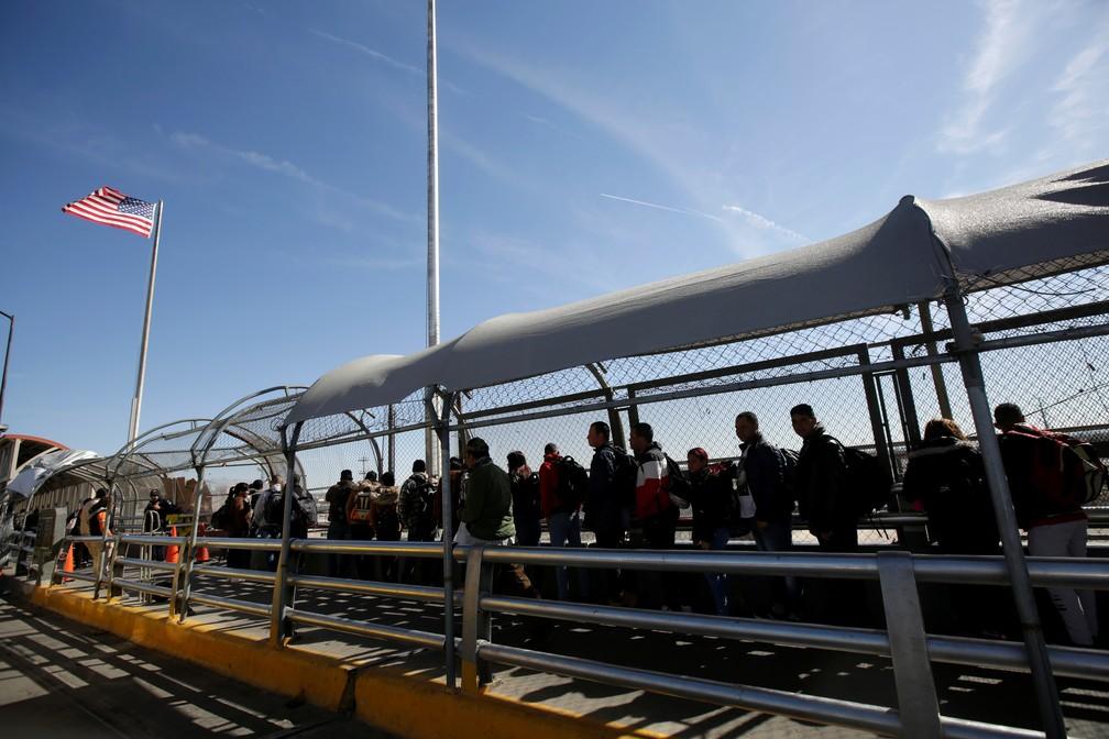 Migrantes de Cuba entram em fila na fronteira do México com os EUA para pedir asilo — Foto: Jose Luis Gonzalez/Reuters