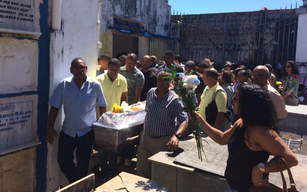 Salvador Santos foi sepultado no Cemitério Quinta dos Lázaros, em Salvador (Foto: Natally Acioli / G1)