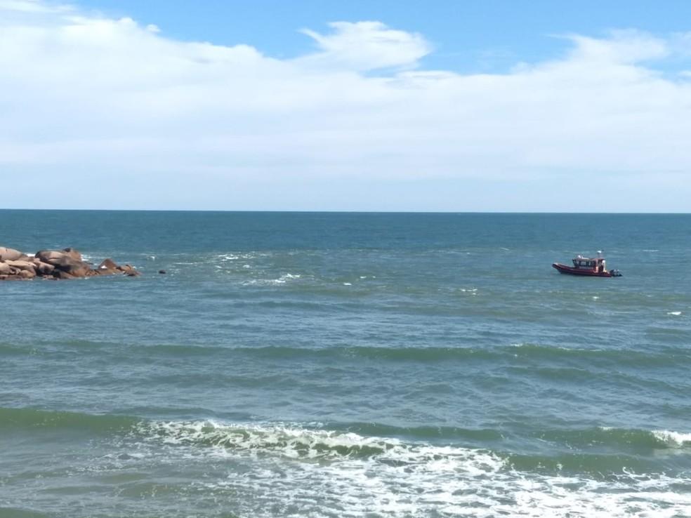 Bombeiros encontraram vítima com apoio de mergulhadores — Foto: Corpo de Bombeiros/ Divulgação