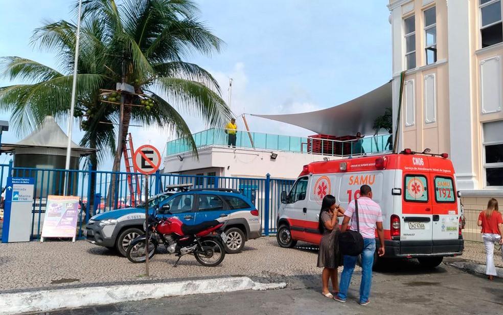 Samu e Polícia Militar estão no terminal Naútico de Salvador para dar suporte (Foto: Juliana Almirante/G1)