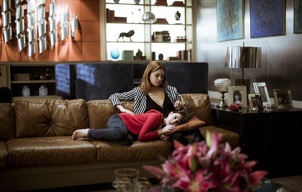 Enquanto Gabriela assiste à TV, Alice não consegue parar de pensar em tudo que Renato lhe contou (Foto: Raphael Dias/Gshow)