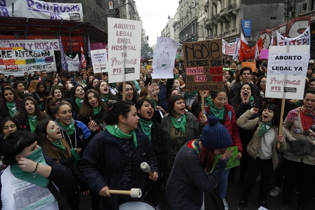-  Manifestantes favoráveis à legalização do aborto protestam nesta quinta-feira  14  em frente ao prédio do Congresso argentino, em Buenos Aires  Foto: