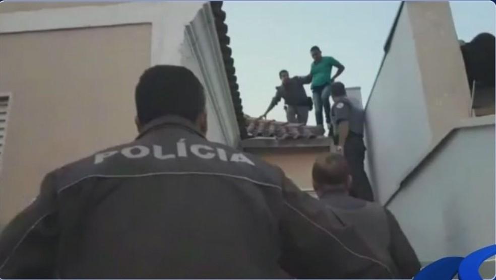 Um dos suspeitos do assalto na casa da idosa tentou fugir pelo telhado vizinhos em Garça  (Foto: Reprodução / TV TEM )