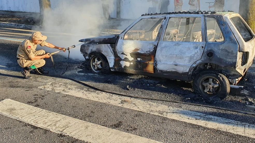 Corpo de Bombeiros controlou as chamas do carro, em João Pessoa — Foto: Ítalo Di Lucena/TV Cabo Branco