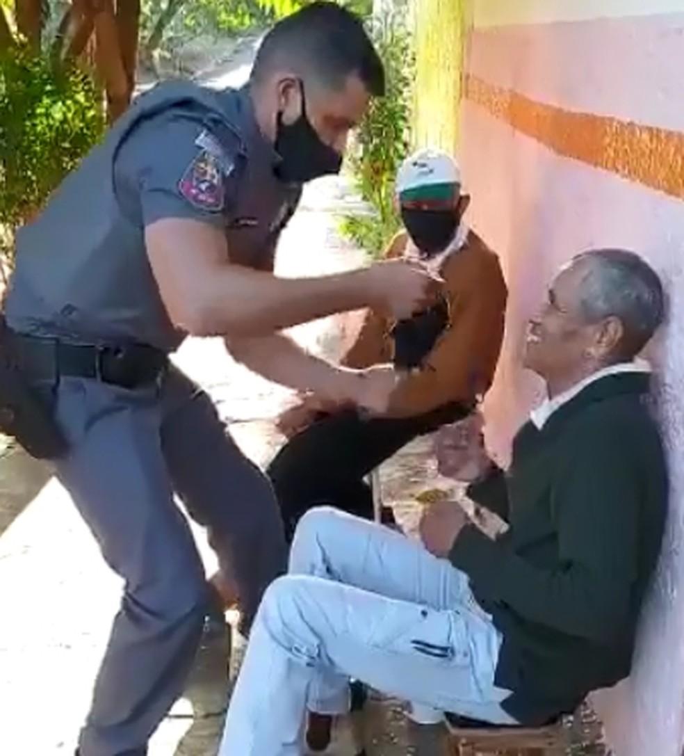 Idoso recebe máscara de policial em Araçatuba — Foto: Arquivo Pessoal