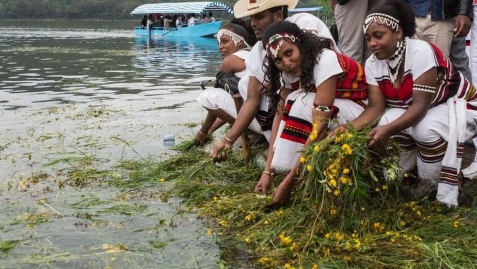 Ano Novo etíope coincide com início da primavera no país; celebrações incluem jogar grama e flores na água, para agradecer a Deus por essa estação — Foto: AFP/BBC