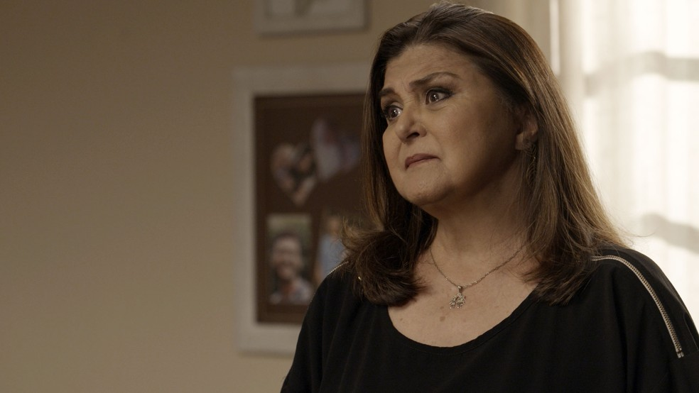 Aurora fica aflita com notícia da filha — Foto: TV Globo