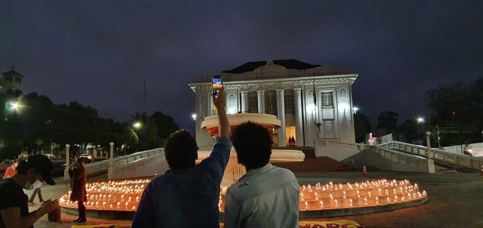 Pessoas se reuniram para homenagear as vítimas da Covid em todo o país  — Foto: Andryo Amaral/Rede Amazônica Acre