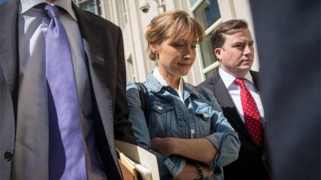 A atriz Allison Mack, conhecida pela série Smallville, foi presa sob acusação de exploração sexual (Foto: GETTY IMAGES/BBC)