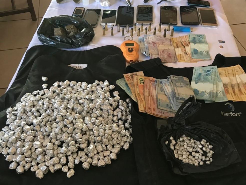 Material foi apreendido com os suspeitos e levado para a Delegacia de Polícia Civil (Foto: Divulgação/Polícia Militar)