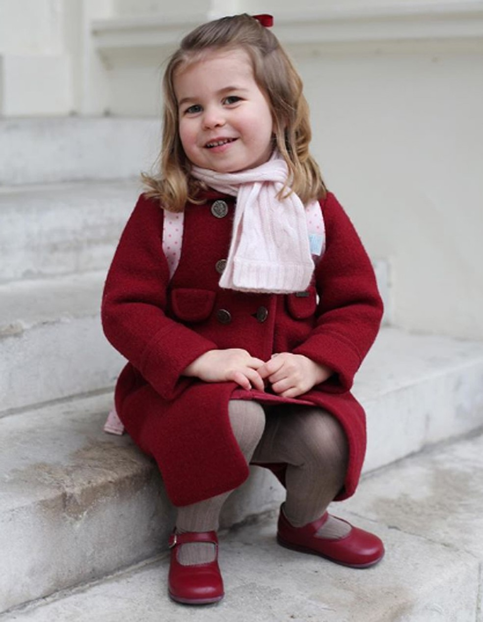 Antes de levar a princesa Charlotte para a escola, seus pais, o príncipe William e a duquesa de Cambridge Catherine Middleton, registraram a felicidade da pequena antes do início das aulas (Foto: Divulgação/Palácio Kensington)
