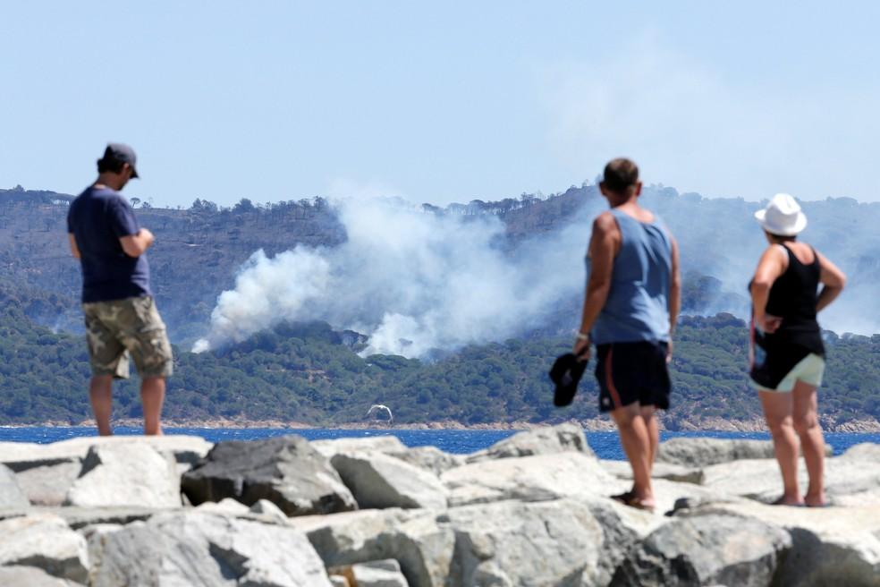 Turistas de Cavalaire-sur-Mer observam incêndio em La Croix-Valmer (Foto: REUTERS/Jean-Paul Pelissier)
