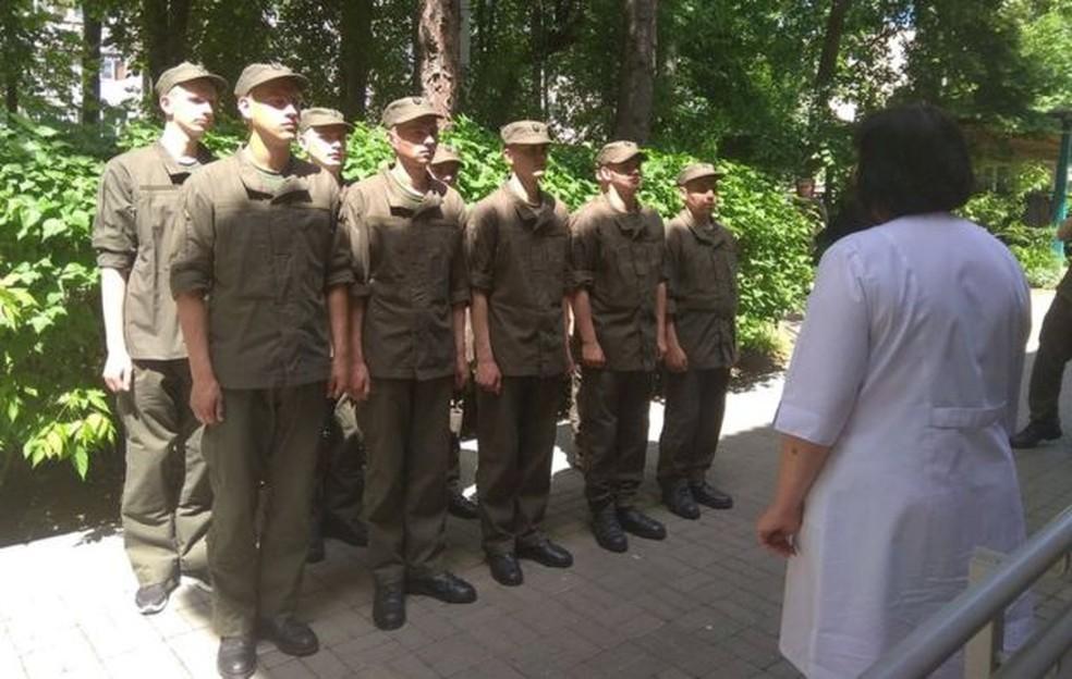 Soldados ucranianos fazem fila para serem vacinados — Foto: BBC