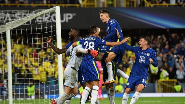 Jogadores do Chelsea comemoram com Kepa a defesa decisiva na disputa de pênaltis da Supercopa da Europa