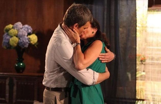 Cansado das vilanias de mulher, René se separa dela para ficar com Griselda (Foto: TV Globo)