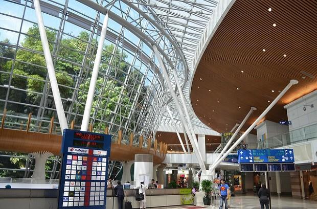 """Aeroporto de Kuala Lumpur tem a """"Jungle Boardwalk"""" para que os viajantes apreciem o jardim (Foto: Flickr/eGuide Travel)"""