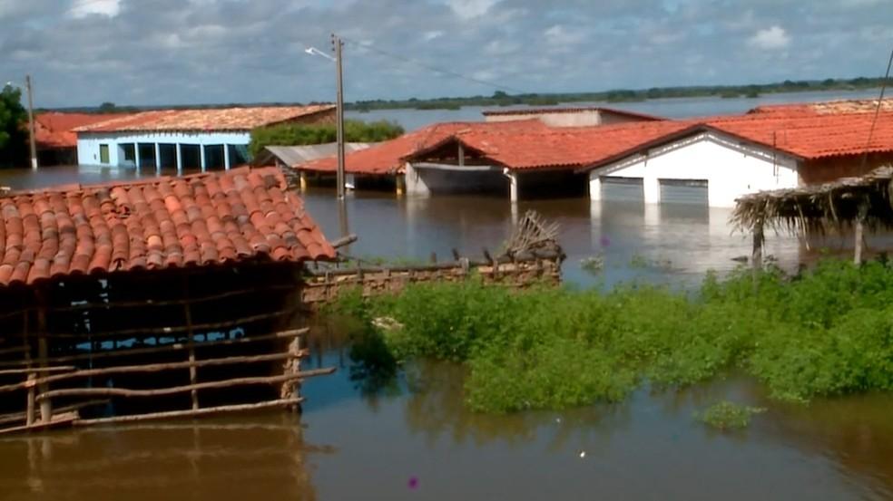 Famílias deixam casas após inundação — Foto: Reprodução/TV Clube